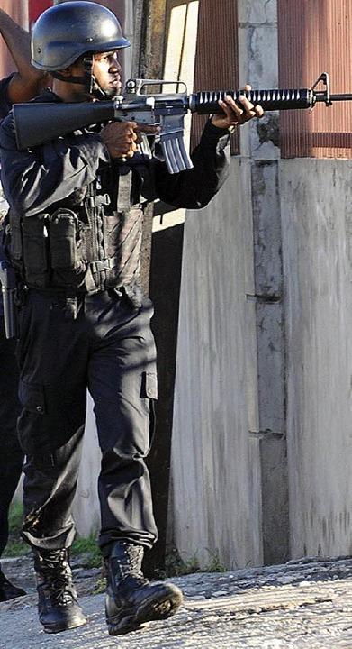 Ein Polizist in den Straßen der Hauptstadt Kingston   | Foto: dpa