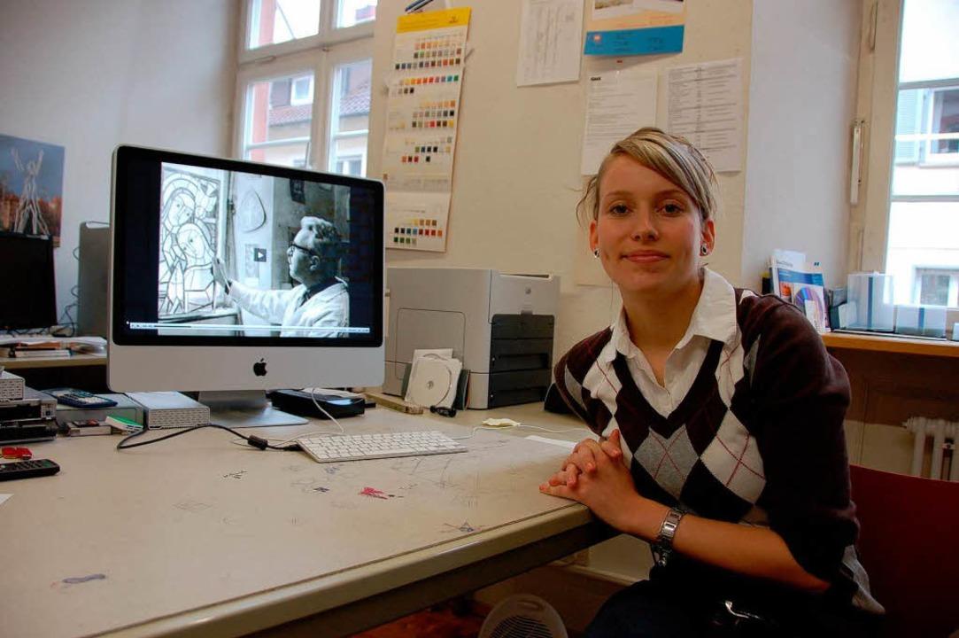 Sandra Brose zeigt am Bildschirm ihren Film über den Glasmaler Karl Vollmer.   | Foto: Ralf Burgmaier