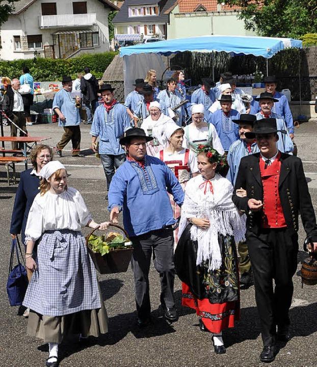 Der Fuchsmarkt ist nicht nur Flohmarkt...lern auch elsässische Trachtengruppen.  | Foto: Alexander Anlicker
