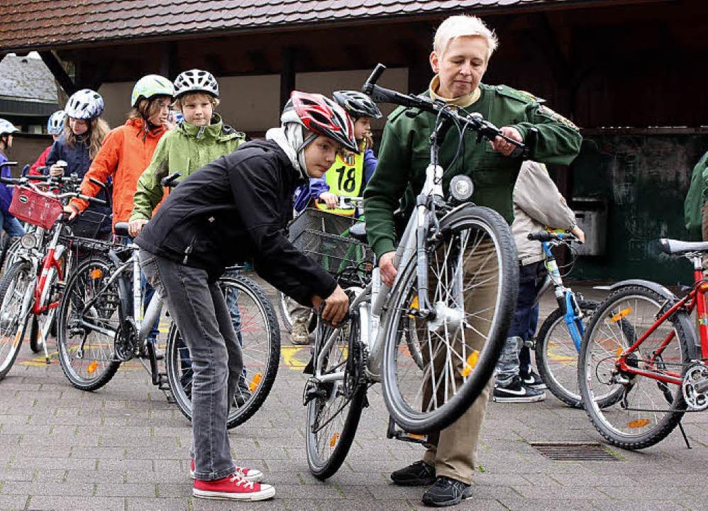 Fahrradcheck im Pausenhof der Grundsch...klässler auf ihre Verkehrssicherheit.   | Foto: Barbara Schmidt