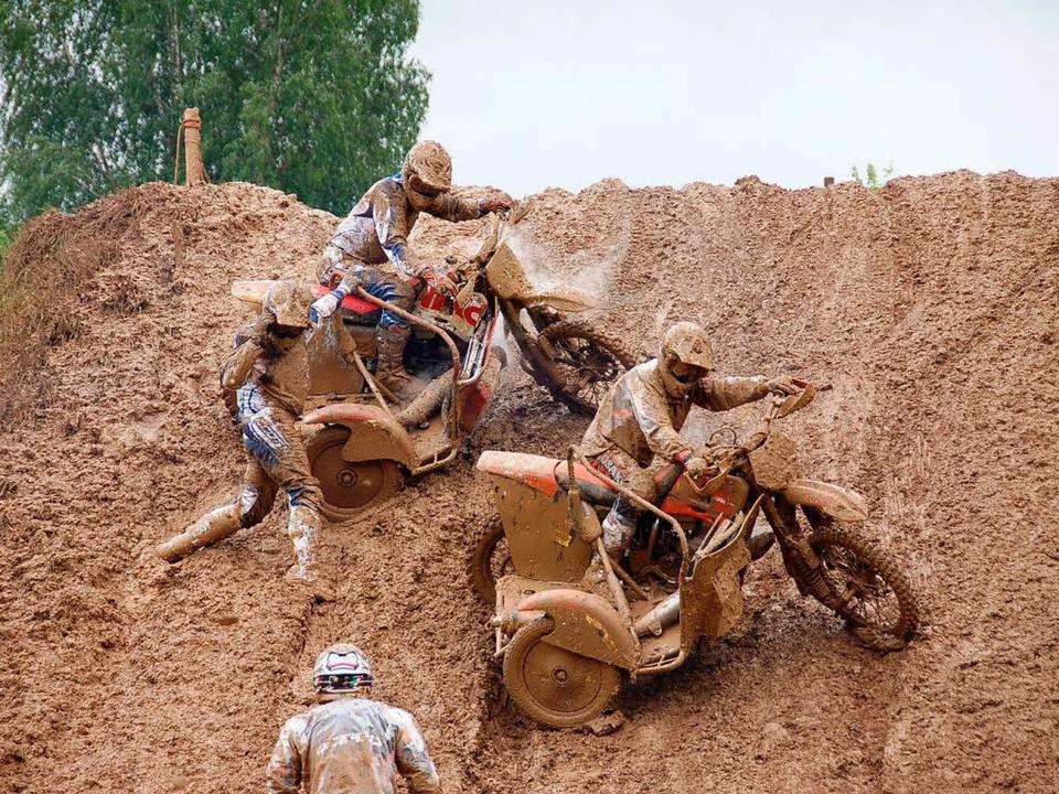 Am rutschigen Steilhang auf der Streck...spanne beim 45. Motocross reihenweise.  | Foto: Hermann Jacob