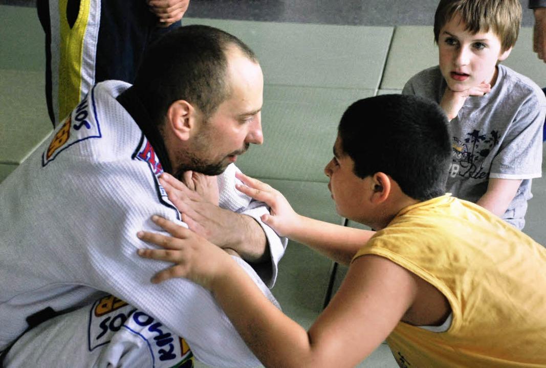 Judolehrer Michael Hockenjoos will das...d Verantwortungsbewusstsein abfedern.     Foto: Gertrude Siefke