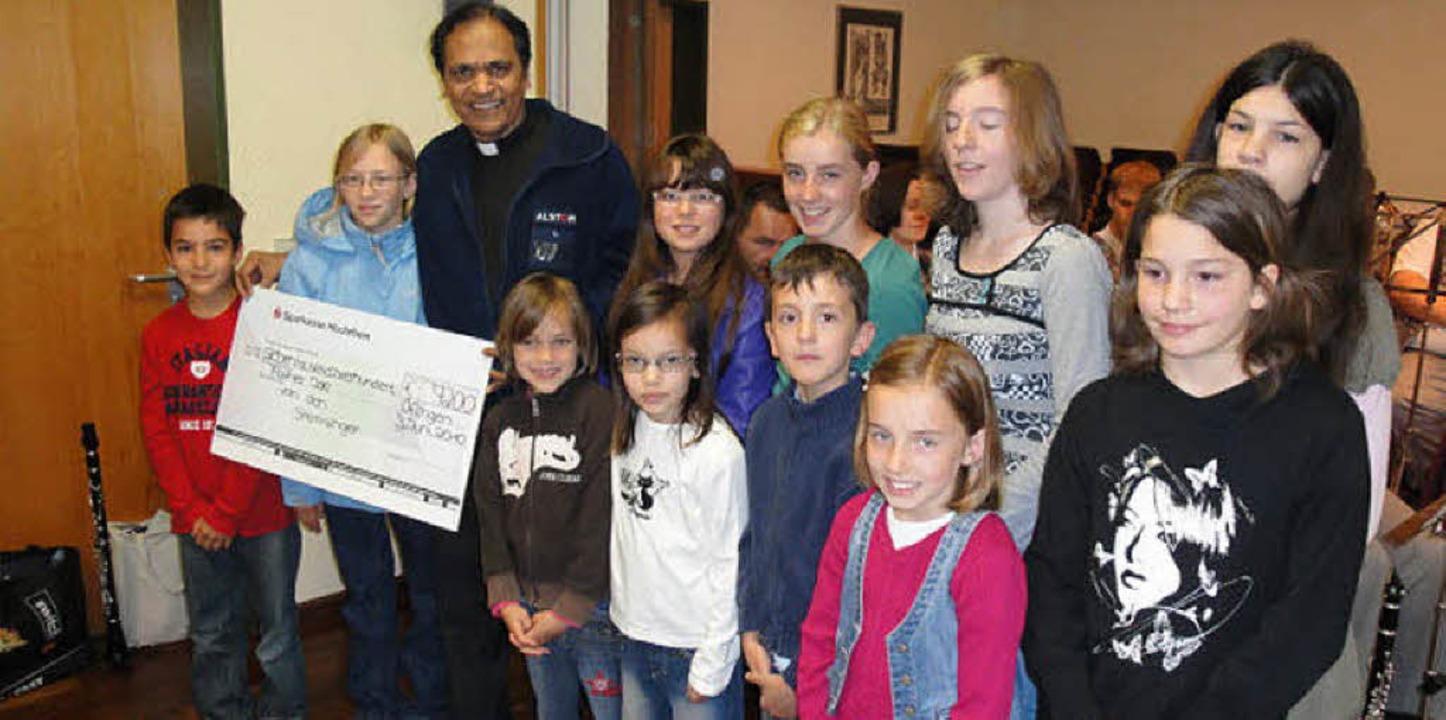 Father Joe Pareira aus dem indischen M...n Hilfswerk in diesem Jahr 6774 Euro.   | Foto: Jonas Bader