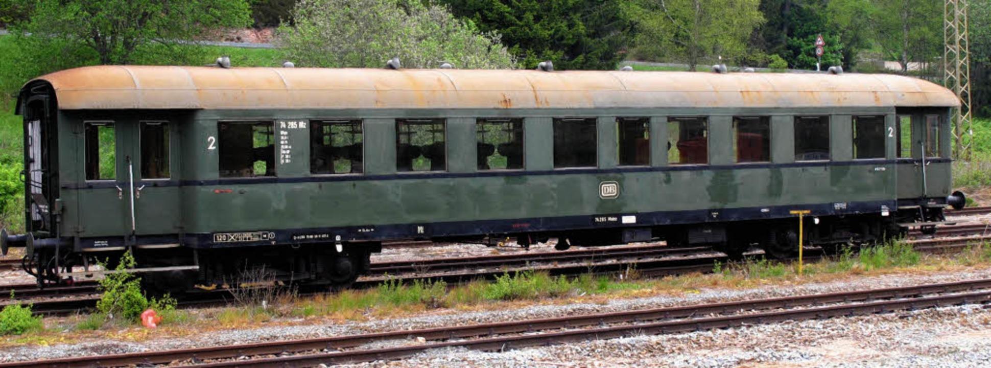 Der Eilzugwagen, der Anfang Mai in See...m August komplett  restauriert werden.  | Foto: Chris Seifried