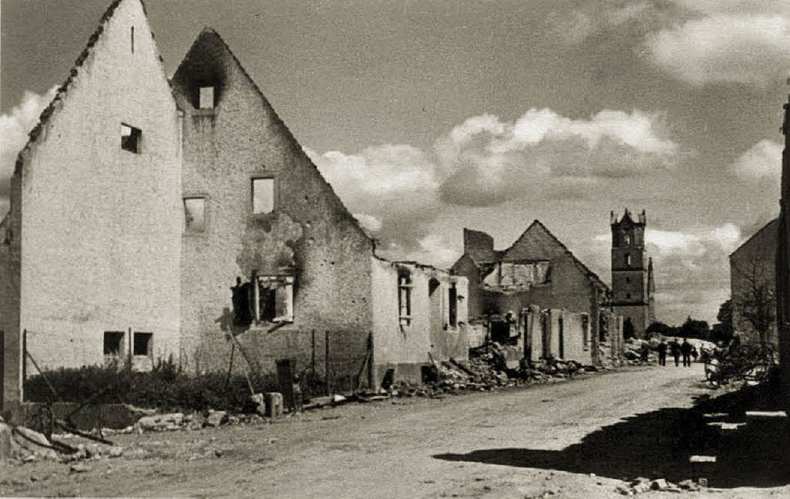 Wieder einmal blieb in Neuenburg fast ...st nur noch ein ausgebranntes Skelett.  | Foto: Stadtarchiv Neuenburg/Friedrich Gutermann