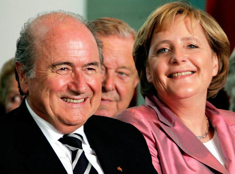 Auf Augenhöhe mit den Herrschern der W...ph Blatter und Kanzlerin Angela Merkel  | Foto: ddp