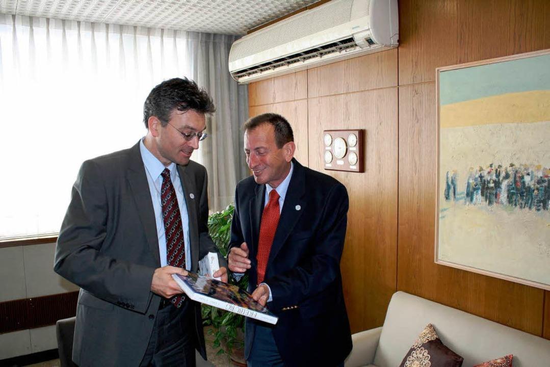 Tel Avivs OB Ron Huldai (rechts) und s... Jahr bei Salomons Besuch in Tel Aviv.  | Foto: Stadtverwaltung