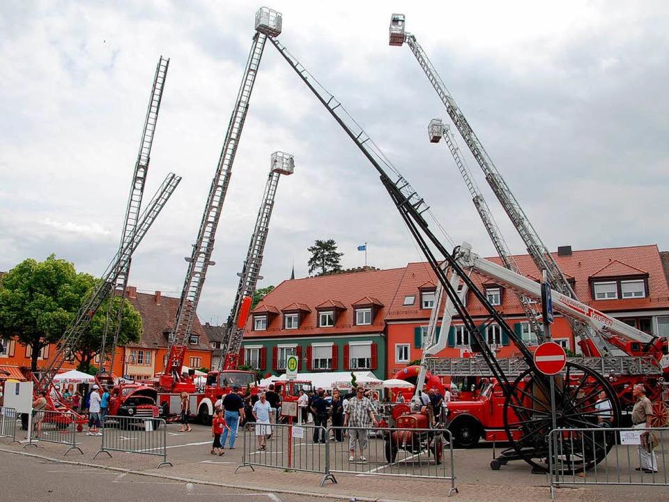 Moderne und historische Feuerwehrleite...uf dem Breisacher Marktplatz  gezeigt.    Foto: Hans-Jochen Voigt