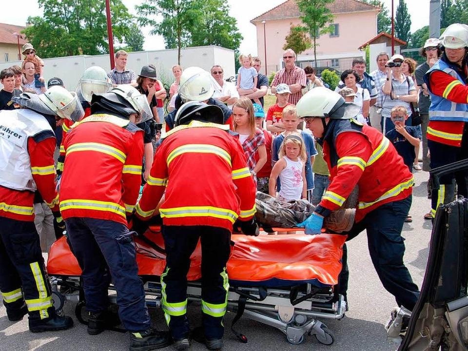 Bestaunt von vielen Zuschauern demonst...nem Beispiel ihre Arbeit am Unfallort.    Foto: Hans-Jochen Voigt