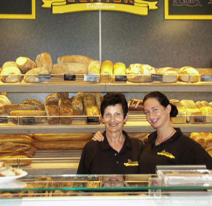 Die Dorfbäckerei Ritter eröffnete in R...d Veronika Ehrler bedienen die Kunden.  | Foto: Pia Grätinegr
