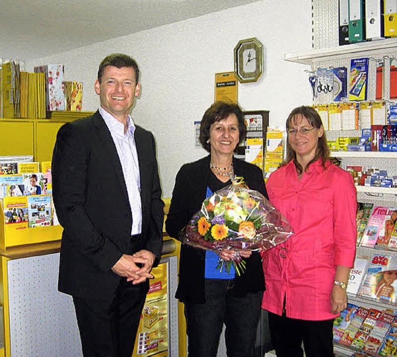 Bürgermeister Schlegel, Pächterin  Kotnik,  Heike Krainick in der  Post (v. l.)  | Foto: Pia Grättinger