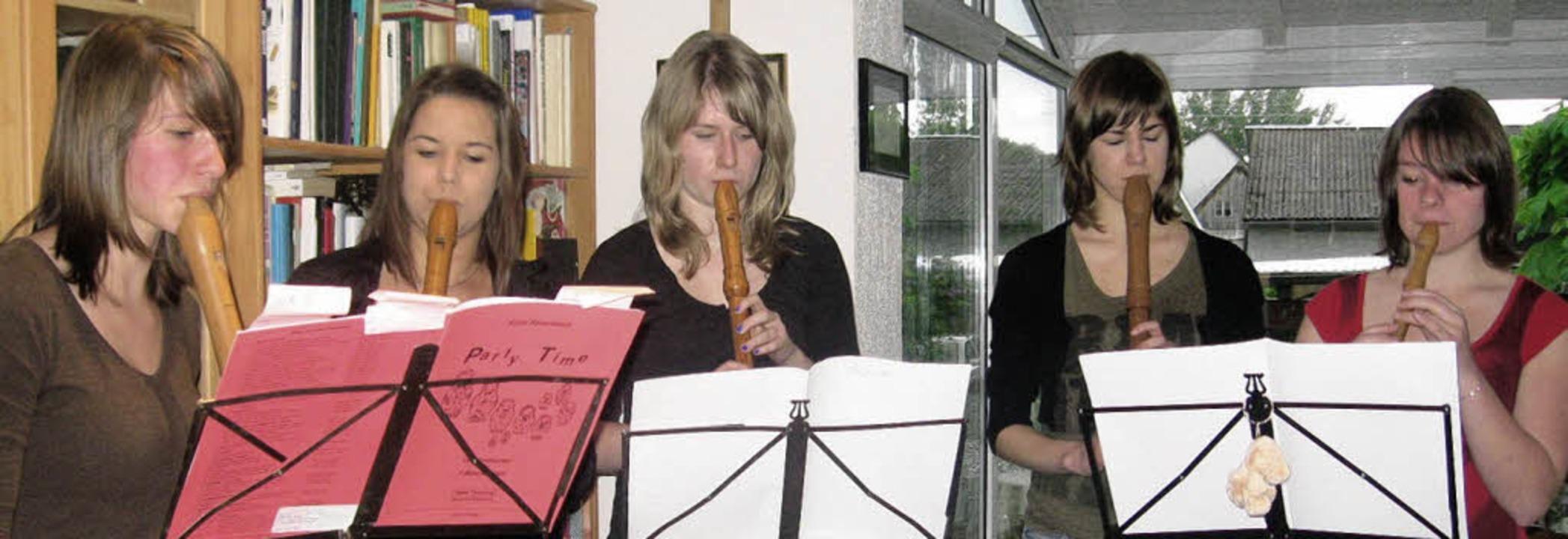 Fünf der neun Mädchen des Flötenensemb...Christina Klosa und   Elisa Hoffmann.   | Foto: Jennifer Ruh
