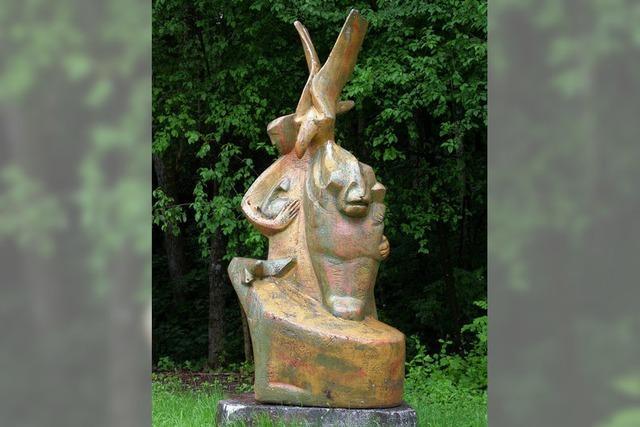 Skulptur aus ihrem Versteck befreit