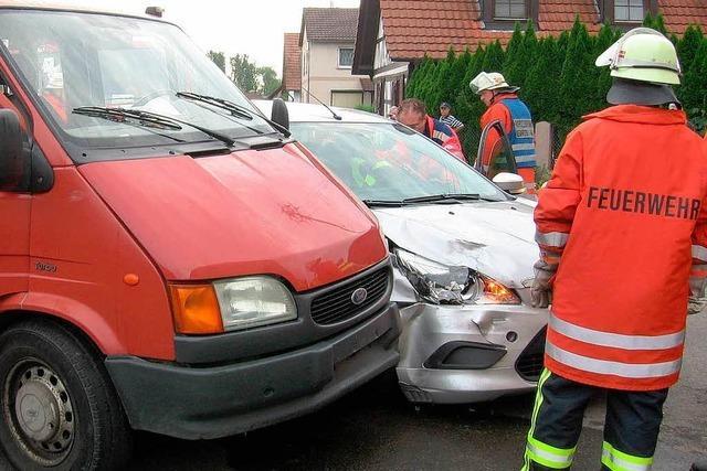 Ein Autofahrer ist schwer verletzt