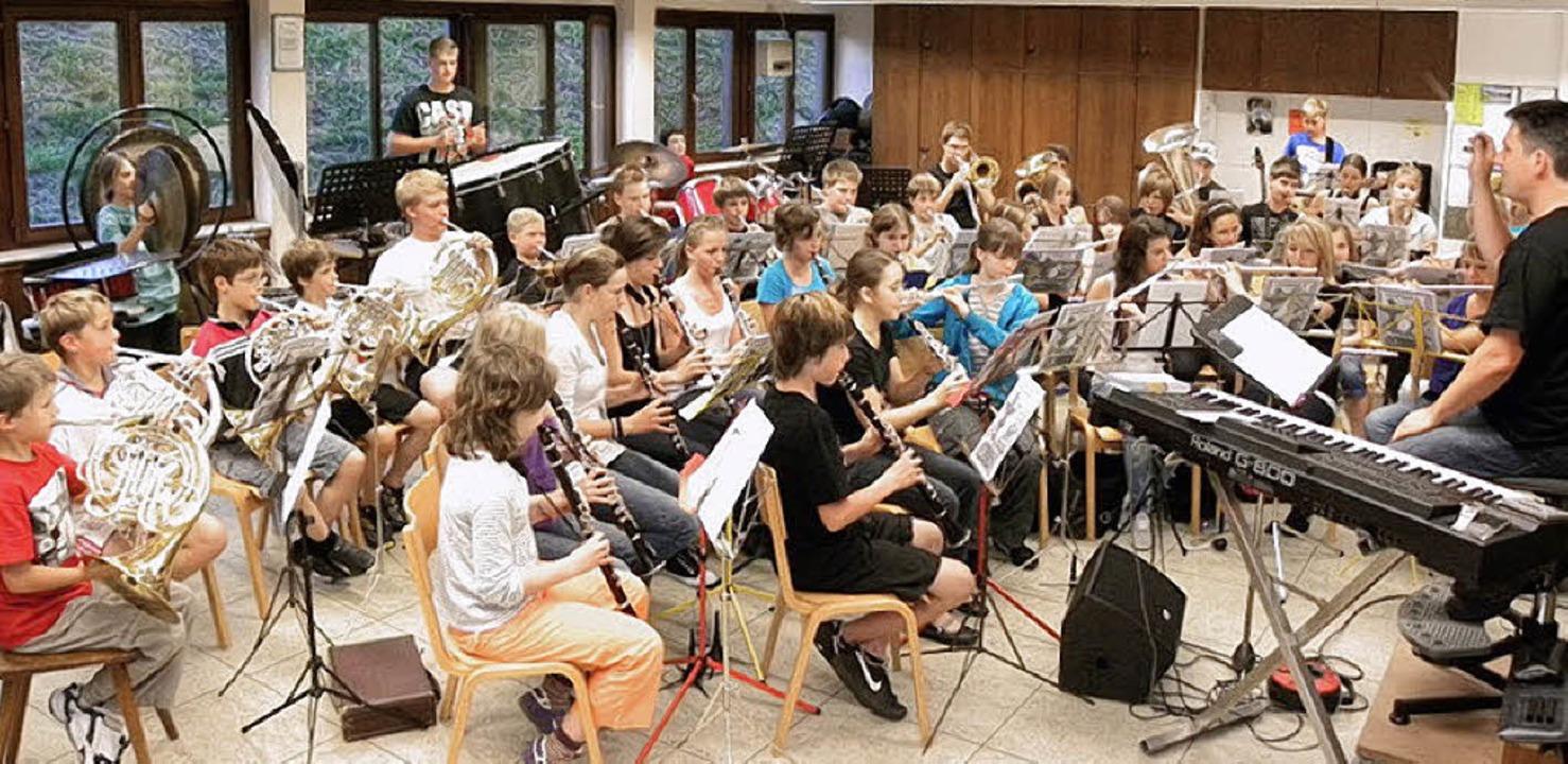 Die Bläserjugend des Musikverein 1860 ...uptschule Rickenbach  aufgeführt wird.  | Foto: Kirsten Lux