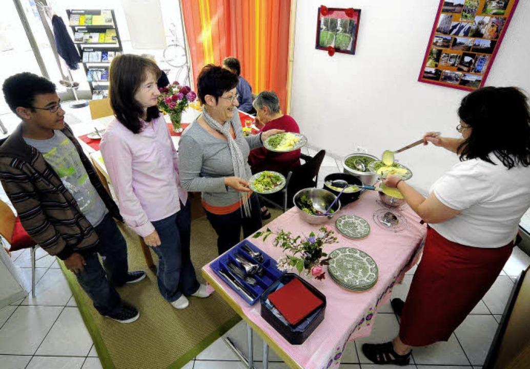 Walburga Kherroubi (rechts)  kocht für...m sich im Quartier Engagierte treffen.  | Foto: Kunz