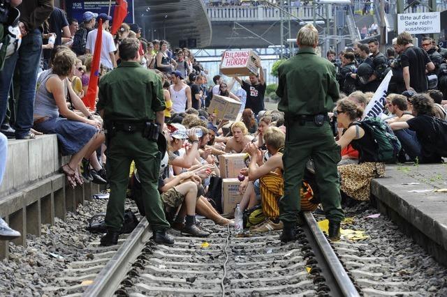 Bildungsdemo blockiert Gleis im Freiburger Hauptbahnhof