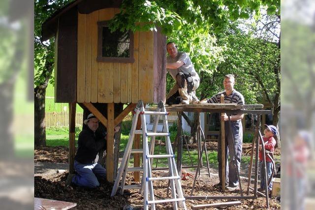 Helfer sanieren das Baumhaus