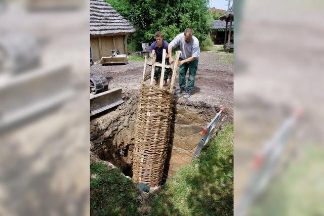 Ein Brunnenschacht aus Weidengeflecht