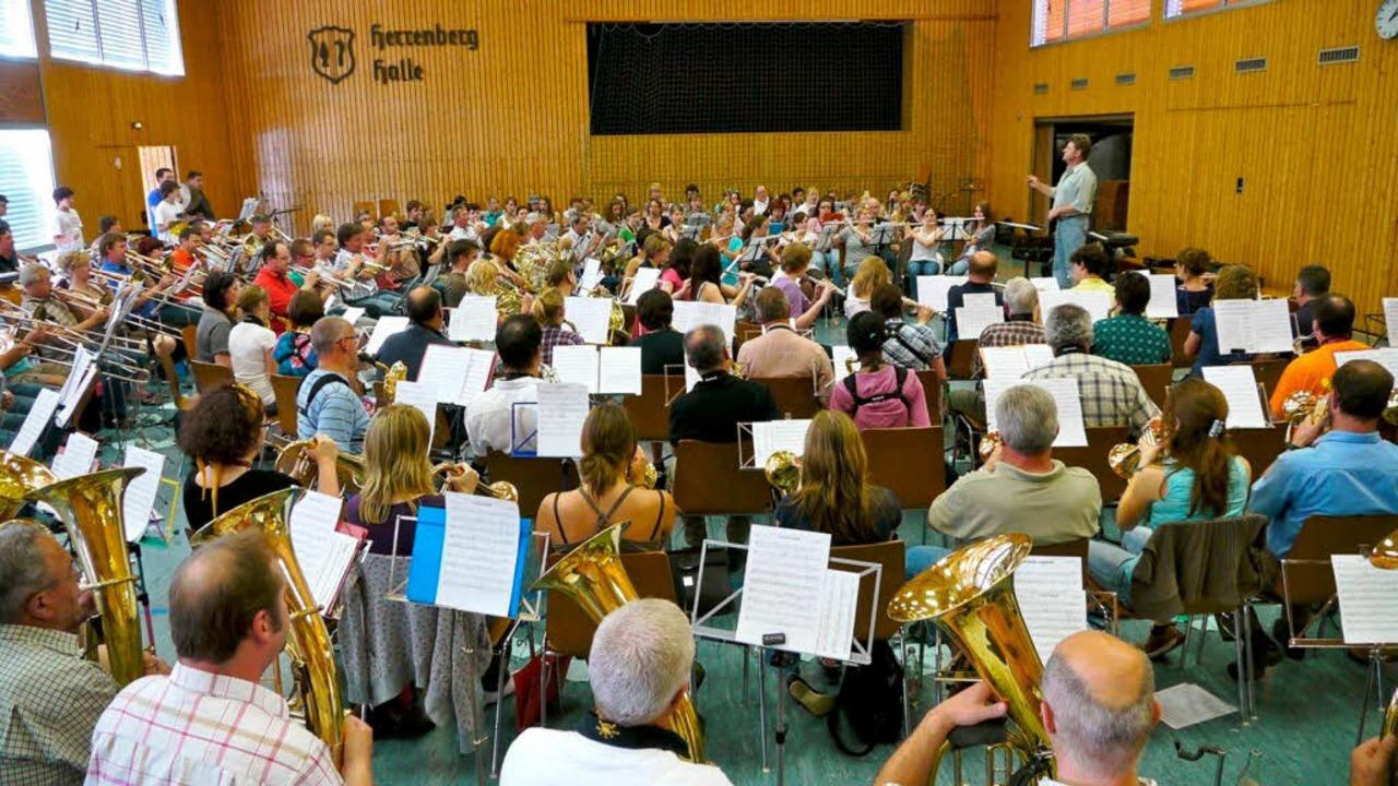 Mammut-Orchester bei den Proben fürs g...Viererkonzert am Samstag in Kenzingen.  | Foto: Joachim Röderer