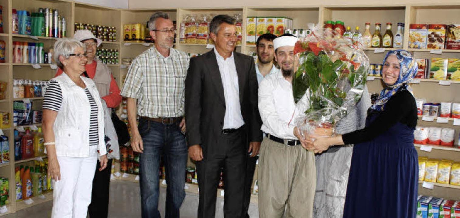 Bürgermeister Volker Kieber (Mitte) un...bire (rechts) zur Geschäftseröffnung.   | Foto: barbara schmidt