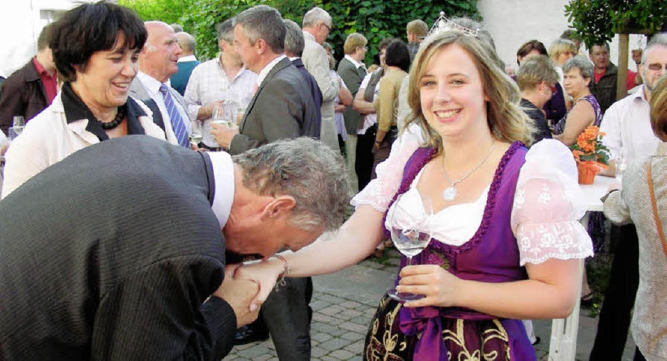 Vor der Badischen Weinprinzessin bückt...on Gernot Erler mit Handkuss begrüßt.   | Foto: mario schöneberg