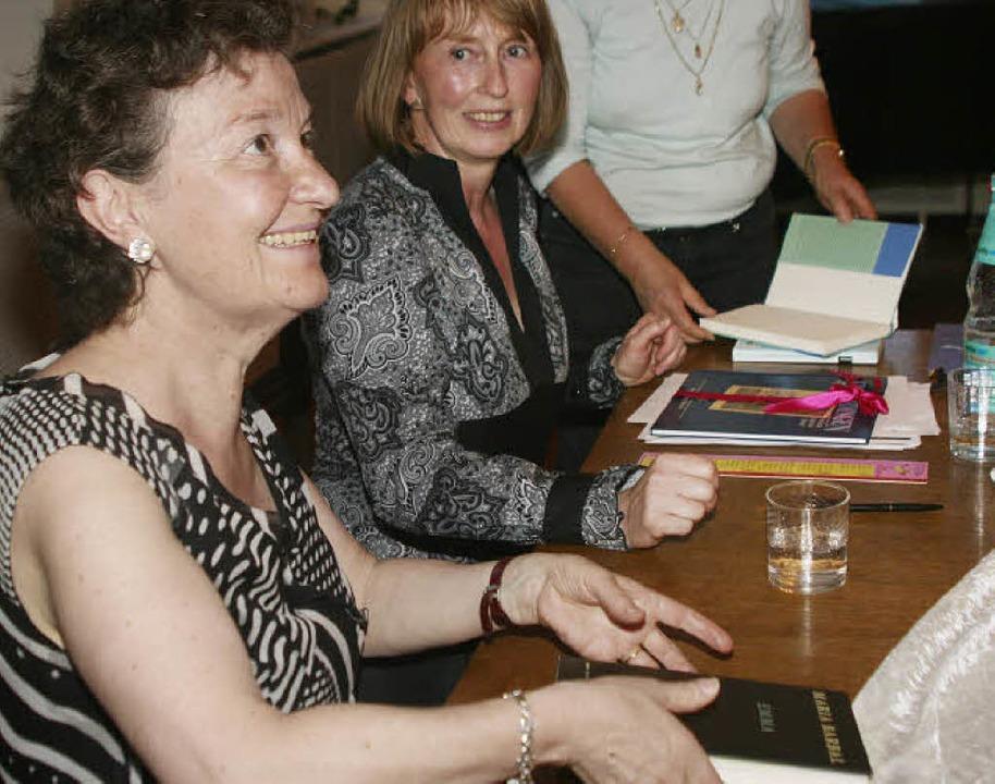 Gerne signierte Maria Barbal nach der ...rund die Übersetzerin Heike Nottebaum.  | Foto: Gerda Oswald