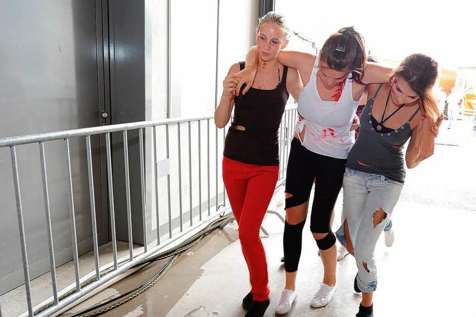 """Katastrophenschützer im Einsatz: In der Freiburger Messehalle waren viele """"Verletzte"""" zu dekontaminieren. Foto: Rita Eggstein (Foto: Rita Eggstein)"""