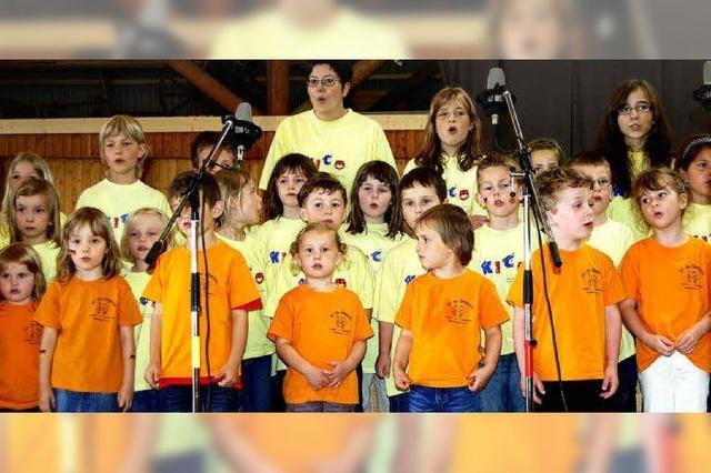 Kinderchöre des Gesangvereins Dossenbach singen zu Ehren der Mitglieder