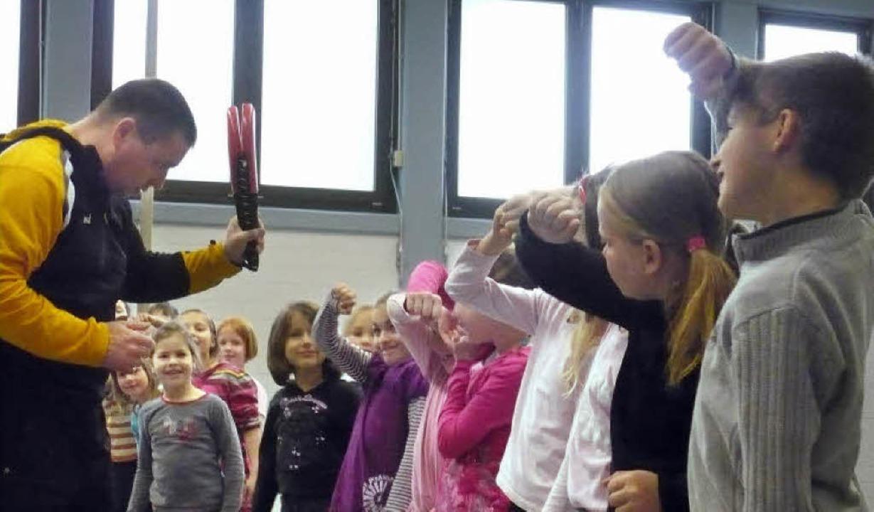 Der Karate-Trainer Jochen Wiesler gibt... und Kniffe für den Umgang mit Gewalt.  | Foto: schule