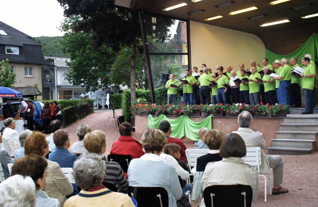 Die Hochfirst-Sänger bei ihrem Auftritt auf dem Schurthplatz.   | Foto: marion pfordt
