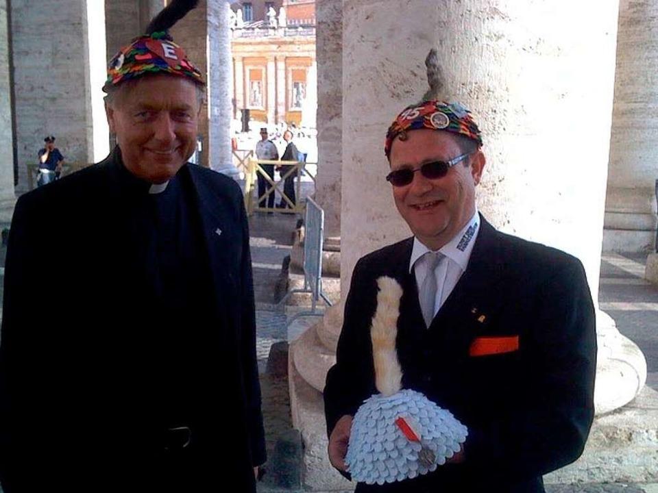 Dompfarrer Claudius Stoffel und  Oberz...Ehrenmütze vor der Ehrung des Papstes.  | Foto: Joachim Röderer