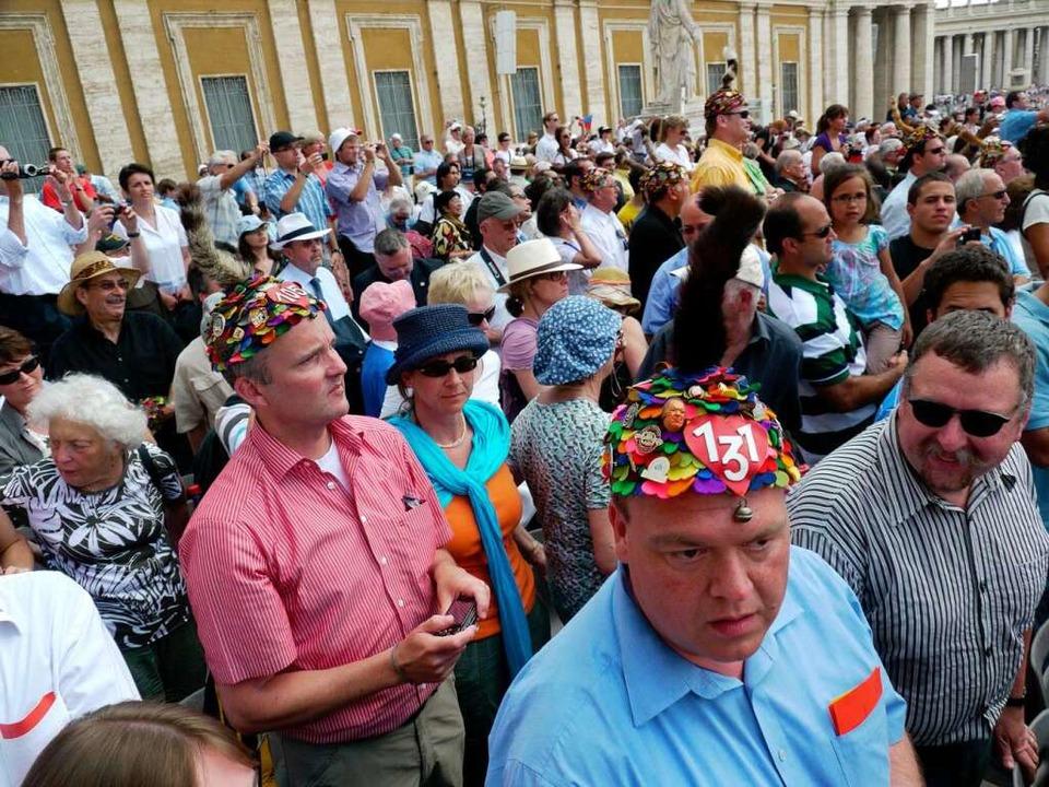 Leicht in der Menschenmenge zu erkennb...mit hoch aufgerichtetem Katzenschwanz.  | Foto: Joachim Röderer