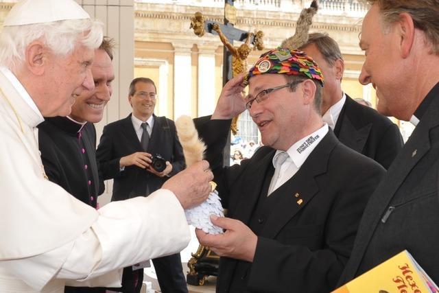 Freiburger Fasnetrufer verleihen Ehrenmütze an den Papst