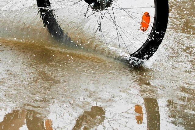 Regen überflutet Straßen und Keller