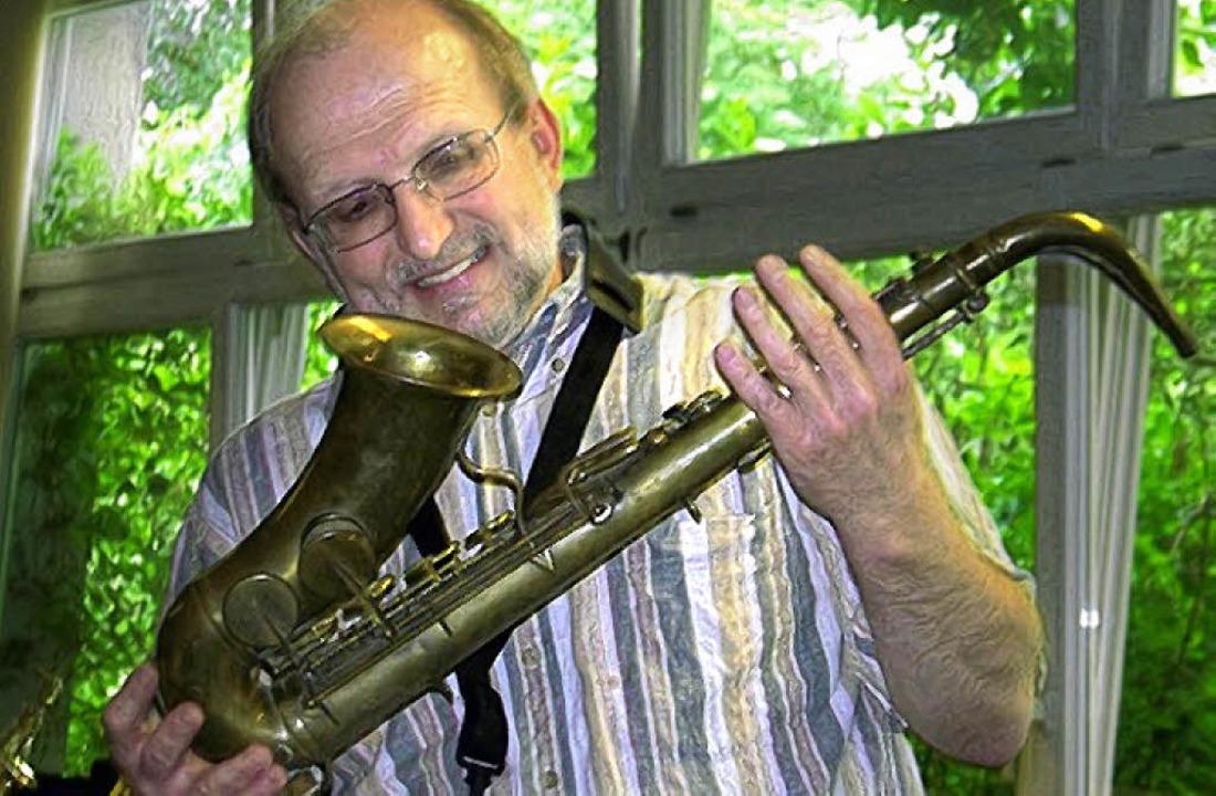 Willy Kenz mit einem  Adolphe-Sax-Instrument   | Foto: Friederike Zimmermann