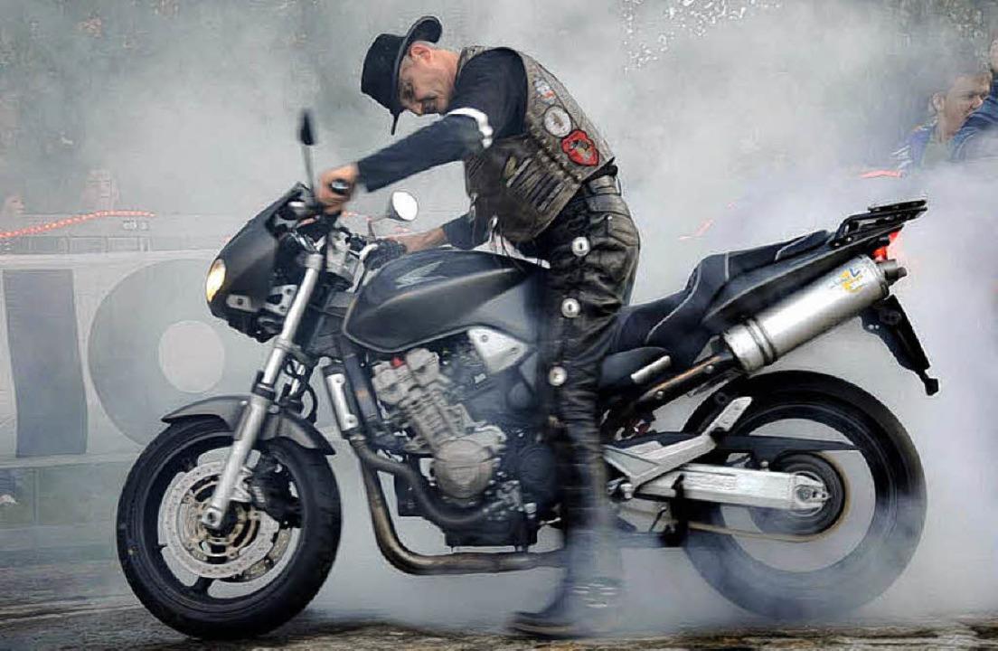 Da qualmt es ordentlich – ein Motorrad beim sogenannten Burnout.   | Foto: Stefan Merkle