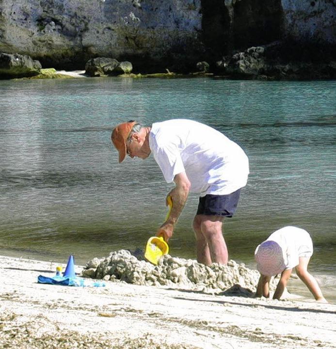 Wasser und Sand gleich Matsch: Großvat...queta die erste Strandburg des Jahres.  | Foto: Andreas Strepenik