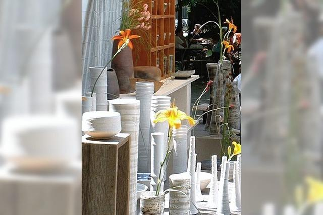 Hocker, Bänke und Skulpturen
