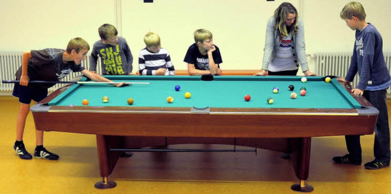 Noch ist nicht alles fertig im Jugendtreff, aber Billardspielen geht schon mal.   | Foto: Ingo Schneider