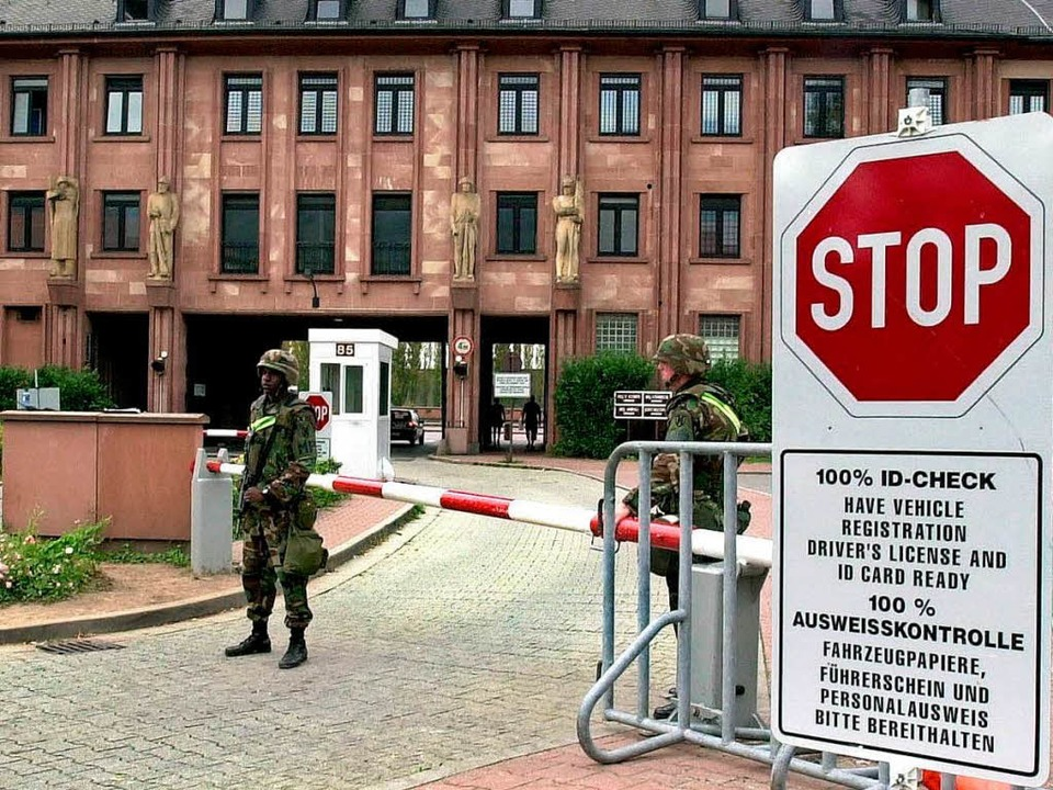 Vor dem Abzug: Soldaten bewachen den E...u den Campbell Barracks in Heidelberg.  | Foto: DPA