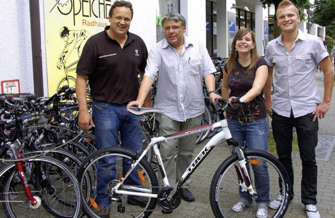 Freude über das neue Mountainbike: (vo... Marie Leschik und   Christoph Raske.   | Foto: BZ