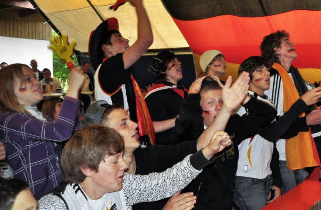 … Fußballbegeisterung beim Public Viewing ...  | Foto: Elisabeth Willers