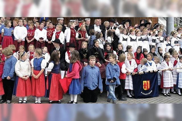 Kleine Trachtenträger aus drei Ländern in Oberried