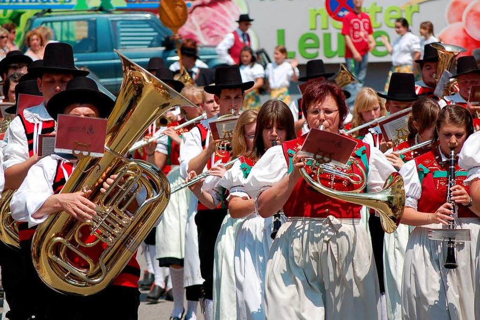Ein bunter Festumzug mit Musik- und Trachtengruppen krönte am Sonntag das Fest im Rickenbach. (Foto: Hildegard Siebold)