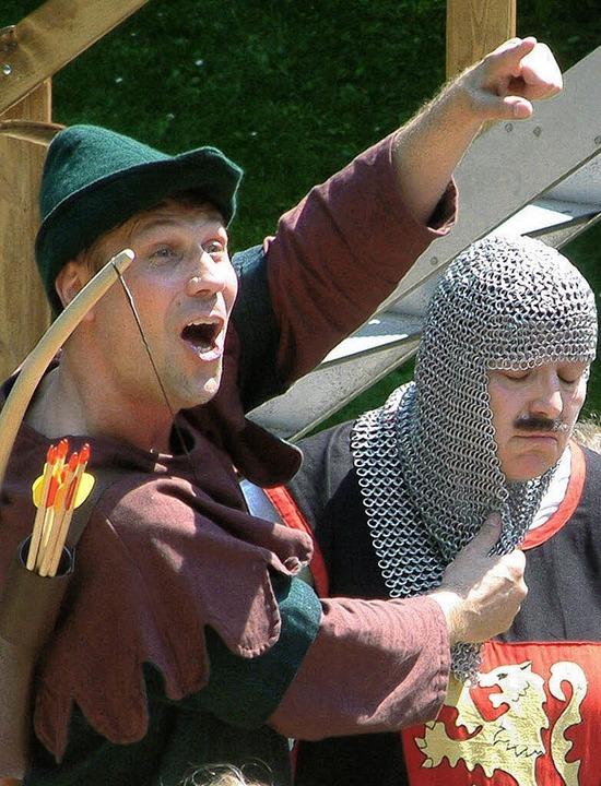 Robin Hood (Dieter Probst) hat den Ste...eiber (Silvia Alioski) fest im Griff.   | Foto: Roswitha Frey