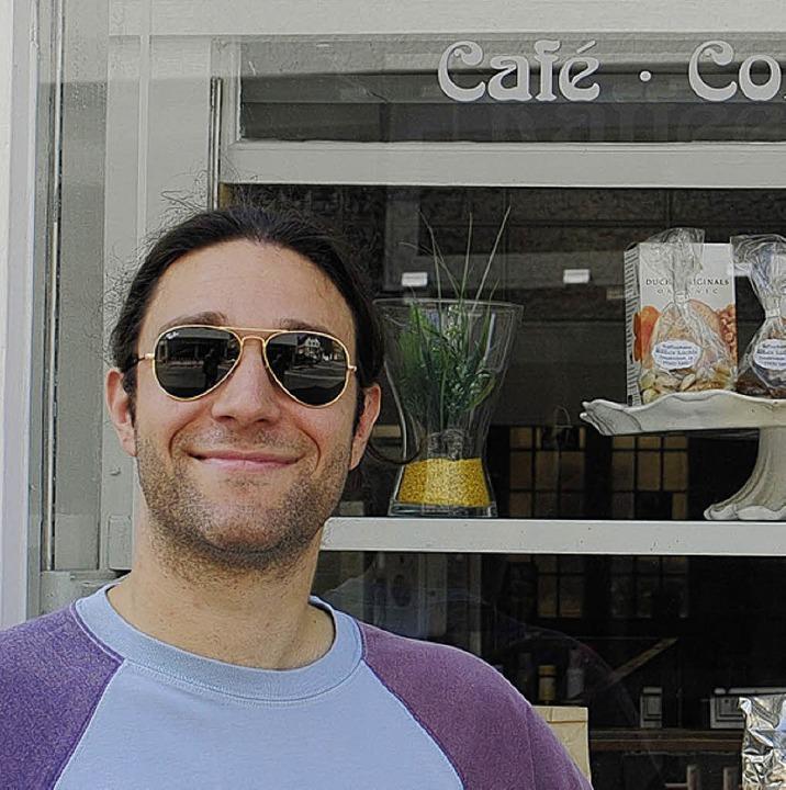 Der Rapper und Reimeschmied in Zivil vor dem Café   | Foto: PR/Ullmann