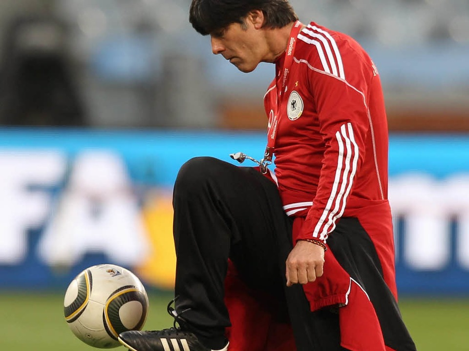 Hat klare Vorstellungen: Bundestrainer Joachim Löw.  | Foto: dpa