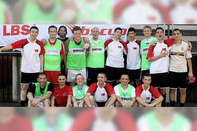 WM-Helden siegen bei schweißtreibendem Kicken