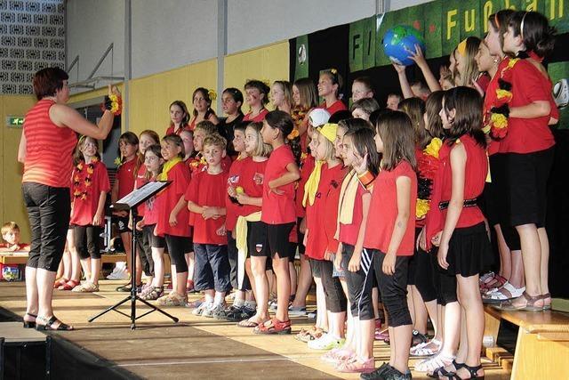 Schüler singen zur WM Fußballlieder